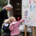Børnene kunne male grafitti i haven ved indgangen til  udstillingen i stalden.