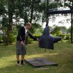Søren Koefoed sætter en af sine skulpturer op inden sommerudstillingens fernisering.