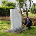 Lars Skov Nielsen lægger sidste hånd på opstillingen af sin skulptur