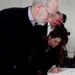 Christian Friis, borgmester Jan Ferdinandsen og Christina Bardram underskriver aftalen.